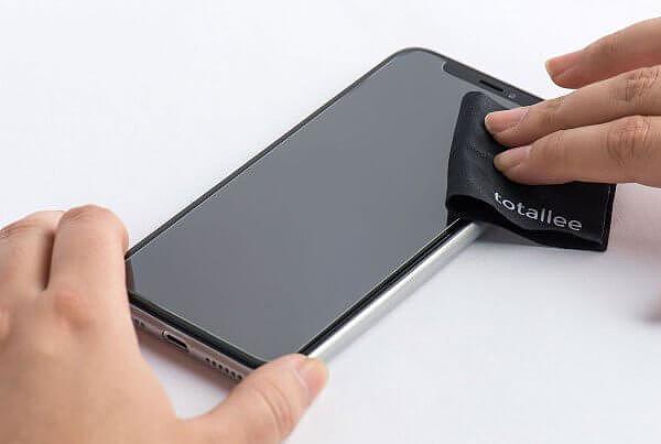 Защитное стекло или пленка? Что лучше поклеить на телефон? Как поклеить защитное стекло?